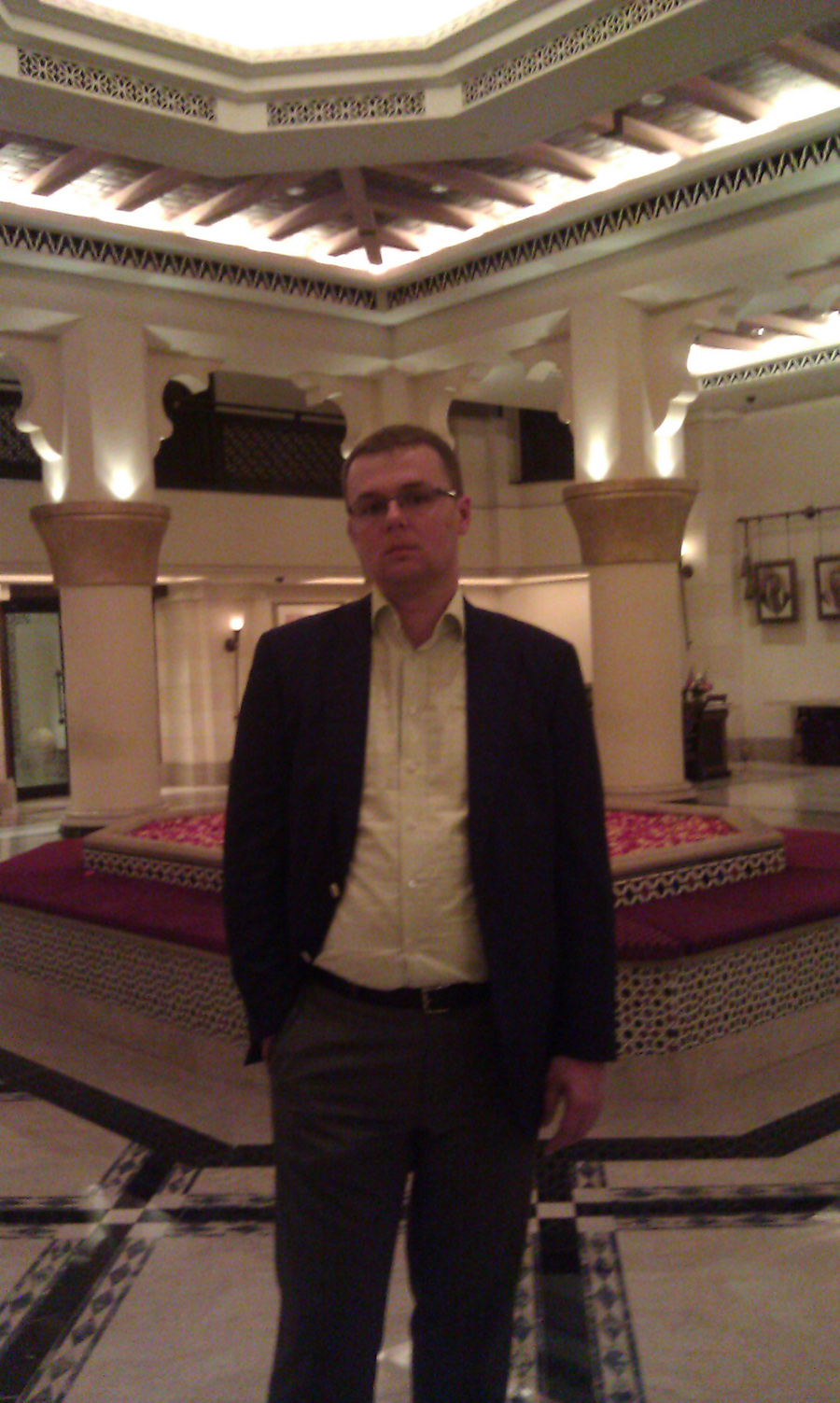 AHCII chairman Lucas Luniewski in a beautiful hotel in Dubai. A fountain full of roses in the middle looks and smells the way that is difficult to express in words.